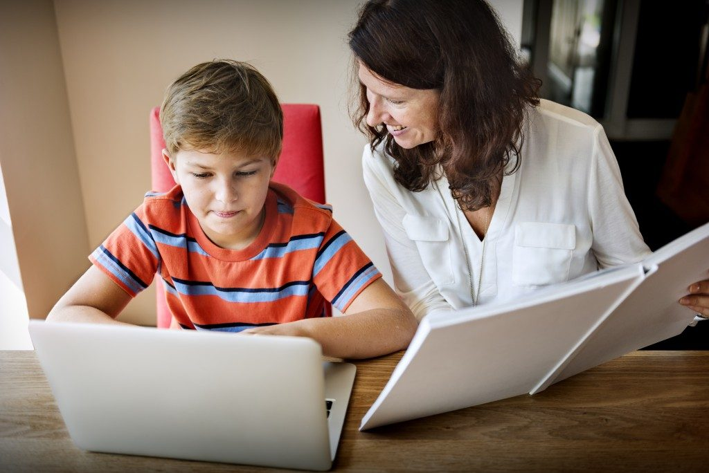 Kid using a laptop to learn